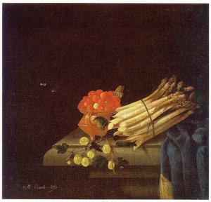 Aardbeien, asperges, kruisbessen en tafellaken op een stenen tafel