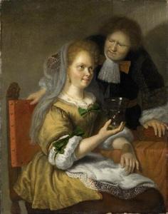 Zittende vrouw met berkemeier, een staande man kijkt toe