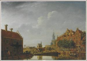 Gezicht vanaf de hoek van de Lijnbaansgracht (links) en de Brouwersgracht (rechts) in Amsterdam op de Bullebaksluis en de Haarlemmerpoort