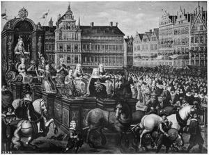 Zegewagen met personificaties van het Geloof op een plein in Antwerpen, met toeschouwers