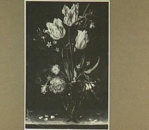 Bloemstilleven van tulpen, iris en roos in een glazen vaas