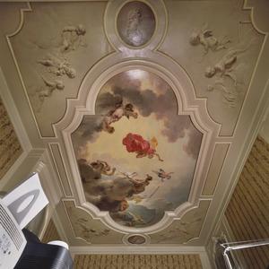 Plafondschildering bestaande in een middenveld met Aurora, vier hoekstukken met de vier seizoenen en twee tondo's