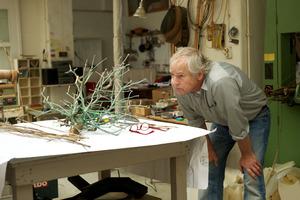 Sjoerd Buisman werkend in zijn atelier
