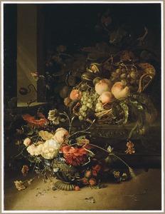 Stilleven van vruchten en noten in een rieten mand, met een urn met bloemen ervoor