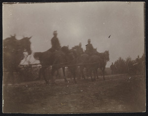 Groep militairen te paard tijdens een manoeuvre