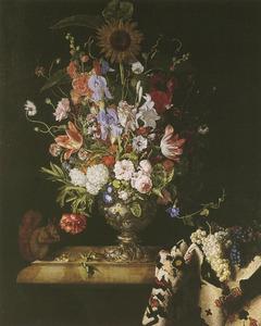 Stilleven met bloemen in een vaas, oosters kleed en een eekhoorn