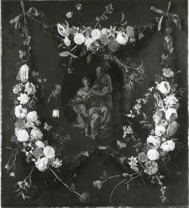 Bloemguirlandes hangend aan twee strikken rondom een voorstelling van de Heilige familie