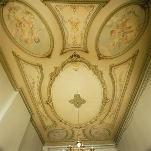 Geornamenteerd plafond met medaillons met putti, bloemen en muziekinstrumenten