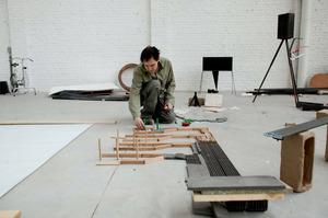 Mark Manders aan het werk in zijn atelier