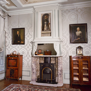 Schoorsteenbetimmering met laat 18de-eeuws stilleven