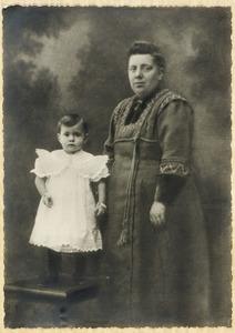 Portret van Jeanne Josephine Boogaart (1876-1958) en Theodora Helen Waijboer (1911-1995)