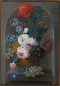 Stilleven van rozen, pioenrozen, sleutelbloemen, papaver en andere bloemen in een vaas met druiven op een stenen richel in een nis
