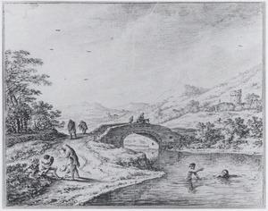 Heuvelachtig landschap met zwemmers in een rivier