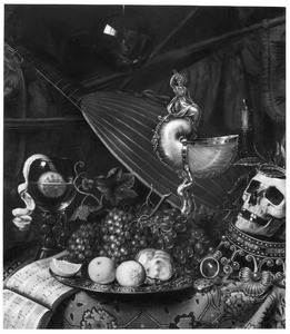 Vanitasstilleven met een schotel met vruchten, een nautilusschelp en een doodshoofd op een omgekeerde kroon; in een glazen bol de weerspiegeling van de kunstenaar
