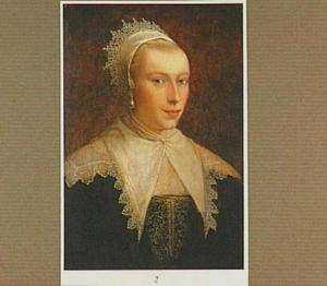 Portret van een vrouw, ten halven lijve, in een met goud geborduurde zwart kostuum met platte kanten kraag en kap