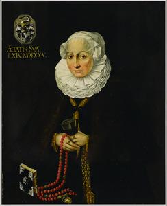 Portret van een vrouw op de leeftijd van 64 jaar met een rozenkrans in de hand