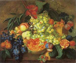 Vruchtenstilleven in en rond een rieten mand op een marmeren tafel