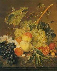 Vruchten, noten en een stokroos op een marmeren blad