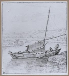 Zeilscheepje aangemeerd aan een rivieroever
