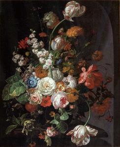 Stilleven van bloemen, met een sprinkhaan en andere insecten, op een stenen plint voor een nis