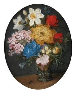 Bloemen in een roemer op een tafel