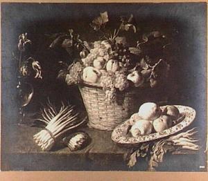 Stilleven van asperges, vruchten in een mand en een vaasje met bloemen