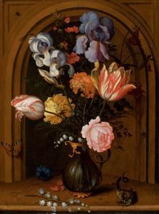 Bloemen in een glazen kan, een hagedis, een vlinder en een libel in een nis