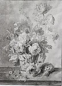 Bloemen in een vaas met vogelnest, op een stenen plint