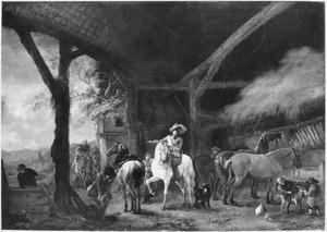 Stalinterieur met twee vertrekkende ruiters, rechts drie ongezadelde paarden aan de ruif