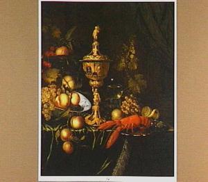 Stilleven met een pronkbeker, een tazza en chinees porseleinen schotel met fruit en een kreeft op een zilveren schaal