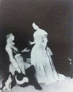 Man in kuras, een jonge vrouw geld aanbiedend