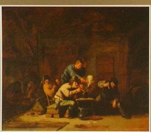 Man groet een oude vrouw, die met rokende mannen aan een tafel zit in een boerenschuur