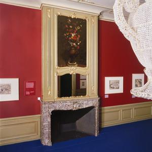 Schoorsteenbetimmering in rococo-stijl met bloemstilleven en spiegel