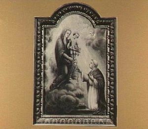 De Madonna met het kind reikt de rozenkrans over aan de H. Dominicus