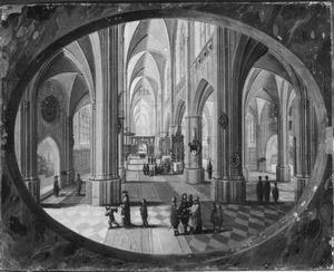 Kerkinterieur overdag met wandelaars; op de achtergrond een dienst
