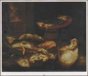 Stilleven met verschillende soorten vissen en krabben op een houten blad