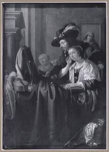 Zittende elegante jonge vrouw met jonge man en twee dienstmeiden in een interieur