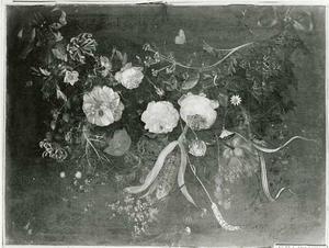 Guirlande van bloemen en vruchten opgehangen aan blauwe strikken