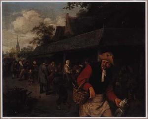 Marktkramen met een man die verschillende vissen bij zich heeft op de voorgrond