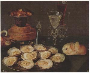 Stilleven met oesters, brood, kastanjes en glaswerk