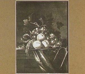 Vruchtenstilleven met druiven, perziken en een slak