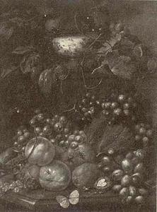 Vruchtenstilleven op een marmeren blad voor een piëdestal met daarop een porseleinen kom