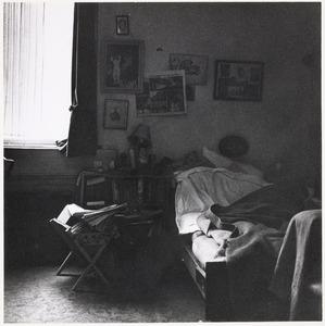 De slaapkamer van de woning van Fiedler M. J. Kosterstraat 11 te Amsterdam, op een van de laatste dagen van 1960