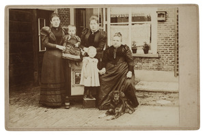Groepsportret met Carolina Christina Thämer (1836/1837-1912)