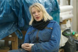 Portret van Charlotte Schleiffert in haar atelier