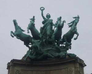 Onsterfelijkheid wint het van de Tijd, allegorische quadriga bij het Grand Palais