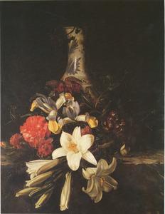 Bloemen voor een porseleinen fles op een marmeren voetstuk