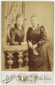 Portret van Jeanne Toe Water (1867-1962) en Carolina Toe Water (1870-?)