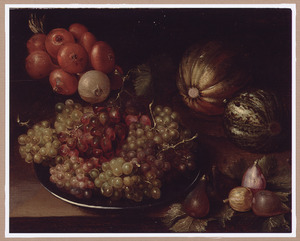 Stilleven van druiven op een tinnen schotel met daarnaast vijgen, meloenen en uien gerangschikt op een houten tafel