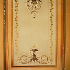 Plafond met ornamenten en bloemslingers